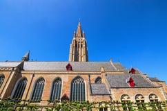 我们的布鲁日荷兰语的夫人美丽,中世纪教会的春日视图:布鲁基,比利时 免版税库存图片