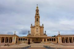 我们的念珠的夫人大教堂在风雨如磐的天空下 免版税库存图片