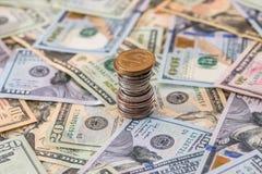 我们硬币abobe美元钞票 免版税库存照片