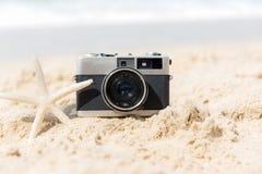 我其他看到暑假工作 旅游业葡萄酒老照相机在沙滩的与星鱼 免版税图库摄影