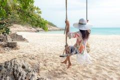 我其他看到暑假工作 放松和享受在沙子海滩的生活方式妇女摇摆,如此塑造在热带海岛上的惊人的妇女 免版税库存照片