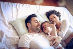 我在妈妈和爸爸前总是醒了 免版税库存照片