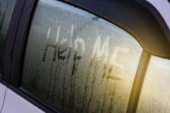 我在汽车` s镜子写帮助的词 库存图片