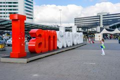 我在Amste的客运枢纽站的前面阿姆斯特丹标志 免版税图库摄影