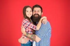 我家是我的启发 父亲和女儿容忍 小孩爱她的爸爸 r o ?? 库存图片