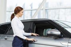 我将帮助您选择汽车 免版税图库摄影