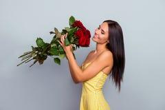 我崇拜花!美丽的嫩逗人喜爱的柔和的可爱的迷人的wo 免版税库存图片