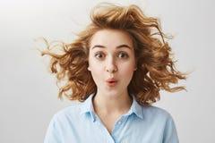 我希望我的发型不会损坏 惊奇的激动的欧洲女记者演播室射击有卷曲金发的 免版税库存图片