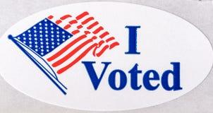 我投票了与美国国旗的贴纸在白色背景 库存图片