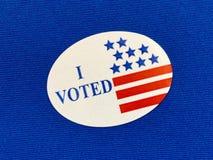 `我投票了在蓝色织品的`贴纸 免版税库存图片