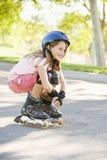 我排行户外的女孩滑冰微笑的年轻人 图库摄影
