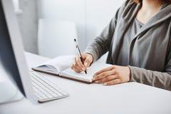 我更喜欢老学校文字方法 做在笔记本的繁忙的妇女播种的画象笔记,看屏幕 免版税库存图片
