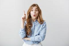我有好主意 聪明的悦目女性模型室内射击与金发的在提高索引的蓝领工装的衬衣 免版税库存图片