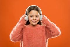 我有音乐的灵魂 听到在立体声耳机的音乐的逗人喜爱的女孩孩子 小孩子享受使用的音乐  免版税库存图片