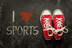 我爱体育-海报设计 在黑色的红色运动鞋 免版税库存图片