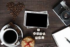 我爱你与咖啡杯、减速火箭的照相机空白照片和笔记本的题字 免版税库存照片
