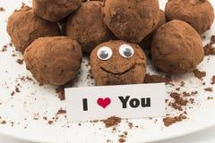我爱你卡片用兴高采烈的块菌状巧克力 免版税库存照片