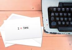 我爱你在包围与打字机的堆 免版税库存照片