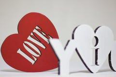 我爱你在红色背景心脏的标志 图库摄影