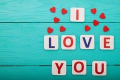 我爱你在蓝色木背景 顶视图 嘲笑 复制空间 母亲情人节 库存图片