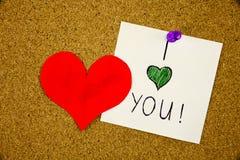 我爱你手写被别住对有红色心脏的黄柏布告牌 库存图片