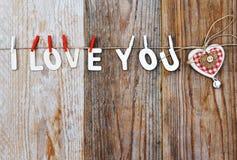 我爱你词和心形的装饰在木背景-情人节 免版税库存照片