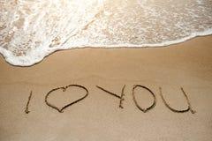 我爱你-在沙子海滩的消息-爱概念 免版税库存照片