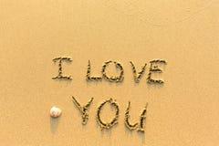 我爱你-在沙子海滩的题字 自然 免版税库存照片