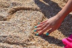 我爱你(在海滩的心脏) 免版税图库摄影