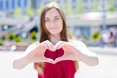 我爱你!送您我的心脏!变老青少年的丈夫妻子男朋友l 免版税库存照片