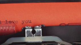 我爱你-键入在一台老葡萄酒打字机 打印在红色纸 红色纸被插入入打字机 影视素材
