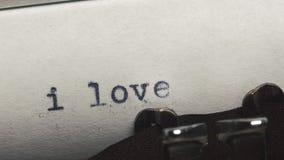 我爱你-键入在一台老葡萄酒打字机 特写镜头 股票视频