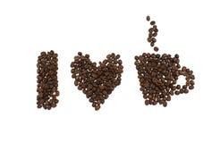 我爱咖啡词组被拼写在whi隔绝的咖啡豆外面 免版税图库摄影