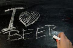 我爱啤酒在黑板的题字白垩 库存照片