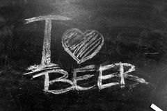 我爱啤酒在黑板的题字白垩 免版税库存照片