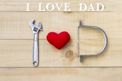 我爱在木背景的爸爸消息与红色心脏和钢工具, 库存图片