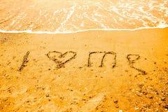 我爱在海滩的沙子写的我 库存照片