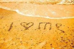 我爱在海滩的沙子写的我 图库摄影