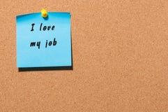我爱在蓝色黏着性笔记写的我的工作被别住在布告牌背景 图库摄影