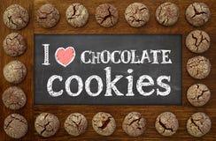 我爱巧克力曲奇饼黑板、木制框架和巧克力 免版税库存照片