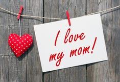 我爱我的妈妈!.妈妈天背景 库存照片