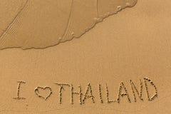我爱泰国-在一个金黄沙子海滩的题字 免版税库存图片