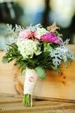 我生活的爱 花婚礼花束在木背景的 库存图片