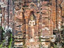 我的儿子圣所复合体废墟,老印度寺庙在越南密林:在期间,废墟严厉地被损坏了 免版税库存照片