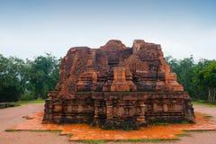 我的在多云天气越南的儿子寺庙红砖 库存照片