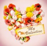 我的在新鲜的郁金香的心脏的华伦泰礼物标记 库存照片