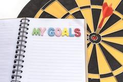 我的在笔记本的目标有箭的瞄准背景 免版税库存图片