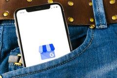 我的在苹果计算机iPhone x屏幕上的商业应用象在牛仔裤装在口袋里的谷歌 谷歌我的企业象 谷歌我的企业applicat 库存图片