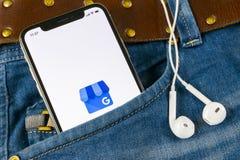 我的在苹果计算机iPhone x屏幕上的商业应用象在牛仔裤装在口袋里的谷歌 谷歌我的企业象 谷歌我的企业applicat 图库摄影