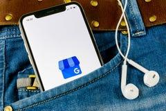 我的在苹果计算机iPhone x屏幕上的商业应用象在牛仔裤装在口袋里的谷歌 谷歌我的企业象 谷歌我的企业applicat 免版税库存图片